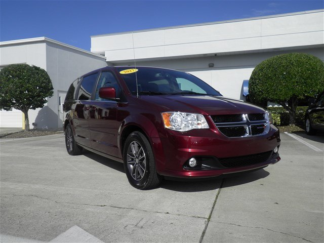 Certified Pre Owned 2017 Dodge Grand Caravan Sxt Minivan In Vero